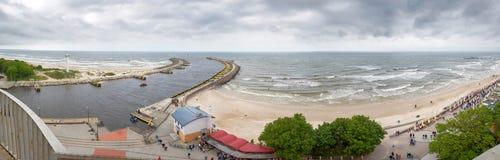 Panorama des Eingangs zum Hafen in KoÅ-'obrzeg Stockbild