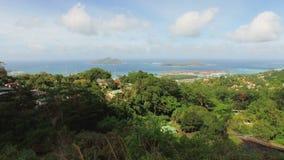 Panorama des forêts tropicales, forme de Mahe Island And Eden Island sans le point de vue de Souicis, Seychelles 1 banque de vidéos