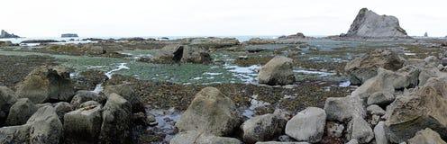 Panorama des formations de piscines et de roche de mar?e ? mar?e basse image libre de droits