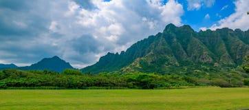 Panorama des Gebirgszugs durch berühmte Kualoa-Ranch in Oahu, H lizenzfreie stockfotos