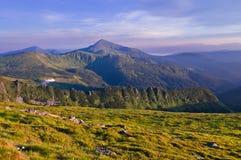 Panorama des Gebirgszugs mit Berg Goverla in der Mitte lizenzfreie stockfotos