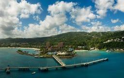 Panorama des Hafens in Ocho Rios in Jamaika vom Meer Lizenzfreie Stockbilder
