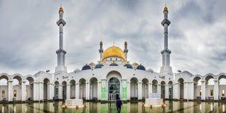 Panorama des Hofes der Moschee Nur-Astana kazakhstan stockfotos