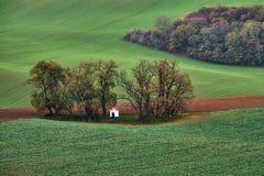 Panorama des Kapellenst. Barbara auf Süd-Moravian-Feldern während der Herbstzeit, Tschechische Republik Kyjov Stockfotografie