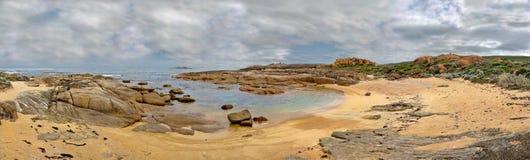 Panorama des kleinen verlassenen Strandes stockfotos