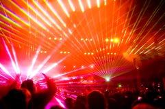 Panorama des Konzerts, des Laser-Erscheinens und der Musik Lizenzfreies Stockfoto
