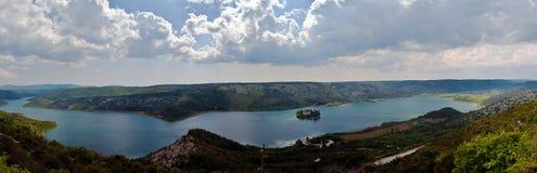 Panorama des Krka Flusses und des Visovac Klosters Lizenzfreie Stockbilder