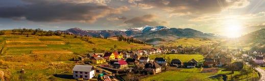 Panorama des ländlichen Gebietes in den Bergen bei Sonnenuntergang Stockfotos