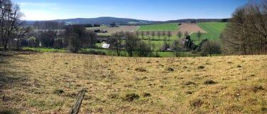 Panorama des Landfeldes mit einem Stacheldrahtzaun lizenzfreies stockbild