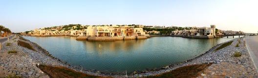Panorama des Luxushotels während des Sonnenuntergangs und des Strandes Lizenzfreies Stockfoto