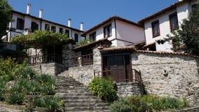 Panorama des maisons caractéristiques de la ville de Zlatograd photos stock