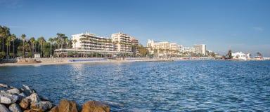 Panorama des Marbella-Jachthafeneingangs, Spanien Stockbilder