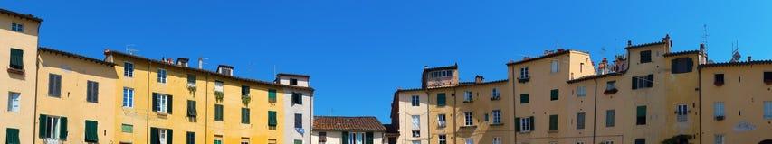 Panorama des Marktplatzengen tals Anfiteatro in Lucca Lizenzfreie Stockbilder
