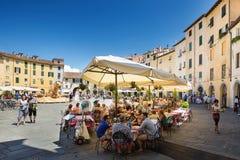 Panorama des Marktplatzes Dell Anfiteatro, Lucca, Toskana, Italien Lizenzfreie Stockfotografie