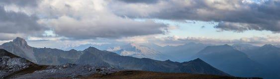 Panorama des montagnes au crépuscule de soirée Montagnes de Caucase Image libre de droits