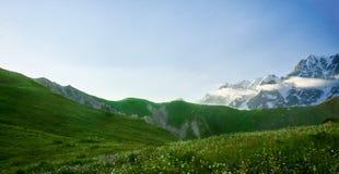 Panorama des montagnes caucasiennes Image libre de droits