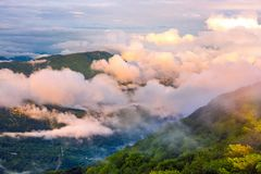 Panorama des montagnes caucasiennes de la tour d'observation o image libre de droits