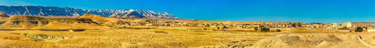 Panorama des montagnes d'atlas chez Midelt, Maroc Photo stock