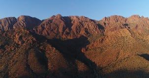 Panorama des montagnes dans le coucher du soleil banque de vidéos