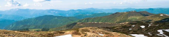 Panorama des montagnes dans les Carpathiens ukrainiens Photographie stock