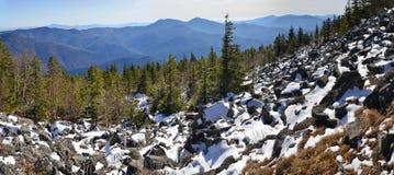 Panorama des montagnes de l'hiver Photographie stock