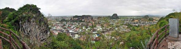 Panorama des montagnes de marbre dans le Da Nang, Vietnam Images stock