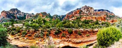 Panorama des montagnes et du canyon colorés de grès découpés par Oak Creek au parc d'état célèbre de roche de glissière le long d photo libre de droits