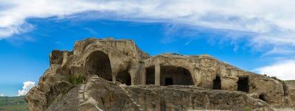 Panorama des montagnes et ruines préhistoriques de 3.000 années de la ville de caverne-logement, palais de Tamara dans Uplistsikhe Photographie stock