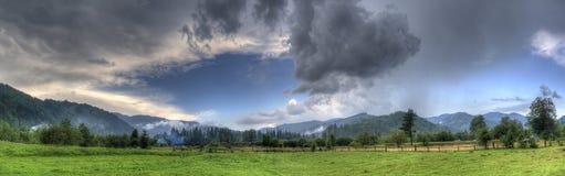 Panorama des montagnes vertes avec des nuages de pluie Image libre de droits