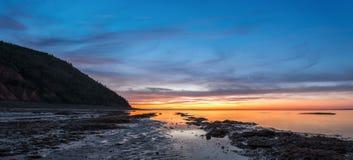 Panorama des Ozeanstrandes am Sprung von Dämmerung (Ebbe) Stockbild