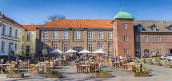 Panorama des personnes appréciant le soleil au château dans Westerholt image libre de droits
