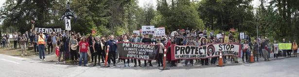 Panorama des protestataires de Kinder Morgan contre l'achat du ` s de gouvernement du projet de canalisation de Kinder Morgan image libre de droits