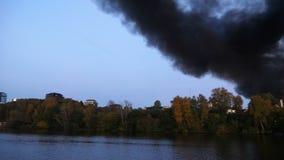 Panorama des Rauches in der Stadt Die Stadt brennt Gebäude im Wald brennen Die Stadt ist im Smog und im Rauche stock video footage