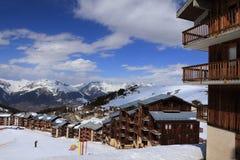 Panorama des roches dans la station de vacances alpine de la La Plagne, France photographie stock libre de droits