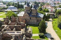 Panorama des ruines du vieux château et de l'église orthodoxe du M photographie stock libre de droits