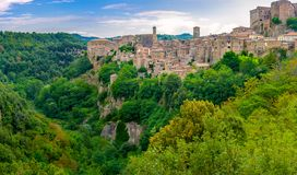 Panorama des schönen mittelalterlichen Dorfs von Sorano fand am Rand der Klippe lizenzfreie stockbilder