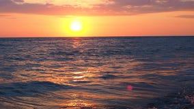 Panorama des schönen roten Sonnenuntergangs am Strand-erstaunliche Farblichtstrahl, der durch den Cloudscape-Meerblick am Rosa gl stock video footage