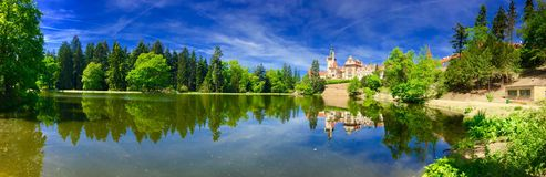 Panorama des schönen Schlosses Lizenzfreie Stockbilder