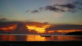 Panorama des schönen Sonnenuntergangs durch das Meer Stockbild