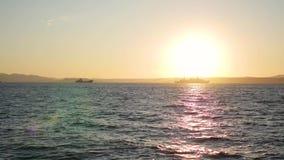 Panorama des schönen Sonnenuntergangs durch das Meer Militärschiffe in Meer bei Sonnenuntergang stock video footage