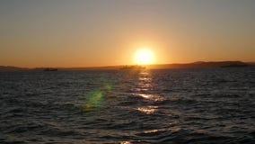 Panorama des schönen Sonnenuntergangs durch das Meer Militärschiffe in Meer bei Sonnenuntergang stock footage