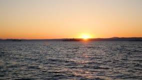 Panorama des schönen Sonnenuntergangs durch das Meer Militärschiffe in Meer bei Sonnenuntergang Lizenzfreie Stockfotografie