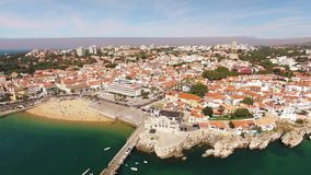 Panorama des schönen Strandes in Vogelperspektive Cascais Portugal stock video footage