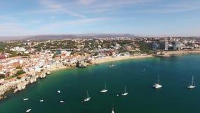 Panorama des schönen Strandes in Vogelperspektive Cascais Portugal stock footage