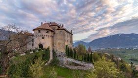 Panorama des Schlosses Schenna Scena nahe Meran während des Sonnenuntergangs Schenna, Provinz Bozen, S?d-Tirol, Italien lizenzfreie stockfotos