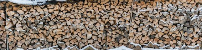 Panorama des schneebedeckten Brennholzes als Hintergrund oder Beschaffenheit lizenzfreie stockfotografie