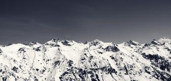 Panorama des Schnees bedeckte Berge und blauen Himmel am Sonnenkältetag Lizenzfreie Stockfotos