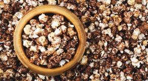 Panorama des Schokoladenpopcorns in einer hölzernen Schüssel Stockbild