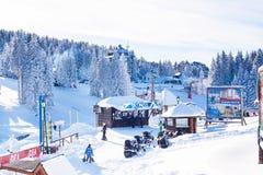 Panorama des Skiorts Kopaonik, Serbien, Leute, Aufzug, Berge Lizenzfreie Stockbilder