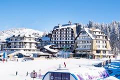 Panorama des Skiorts Kopaonik, Serbien, Leute, Häuser, Restaurants Lizenzfreies Stockbild